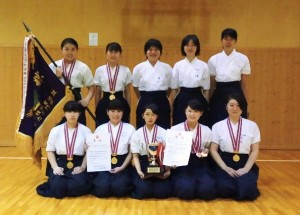 第27回近畿高等学校なぎなた選手権大会の優勝メンバー。13年ぶり2度目の優勝を飾りました。