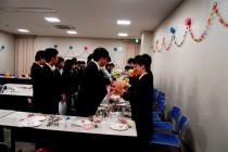 下級生から卒業生への記念品贈呈。お礼の気持ちを込めて。