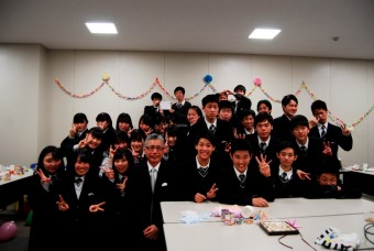 卒業生と在校生が一同に会しての記念撮影。今年も涙あり笑いありの茶話会でした。